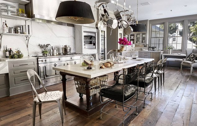 Birlikte yemek: açık plan yemek odası Hollywood göre yaptıkları ünlü arkadaş eğlendirmek için Paltrow ve Martin için bol oda var
