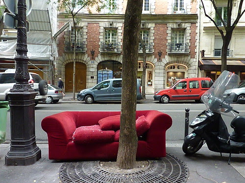 Red couch on rue Caulaincourt