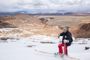 """""""En los años 80 el glaciar cubría toda la montaña y había mucha gente aquí practicando el deporte. En un buen domingo de esquí, a la cabaña llegaba un centenar de personas. Hoy nunca se reúnen más de siete"""", afirma Bejarano."""