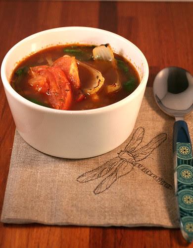 Zuppa di lenticchie con pomodori e cipolle arrosto