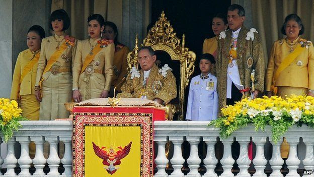 Thailand's King Bhumibol Adulyadej (C), surrounded by his daughters Princesses Ubol Ratana (2nd L), Chulabhorn (3rd L), Sirindhorn (R), his son Prince Vajiralongkorn (2nd R) and his grandson Dipangkorn (3rd R) in front of the Royal Plaza in Bangkok (5 December 2012)
