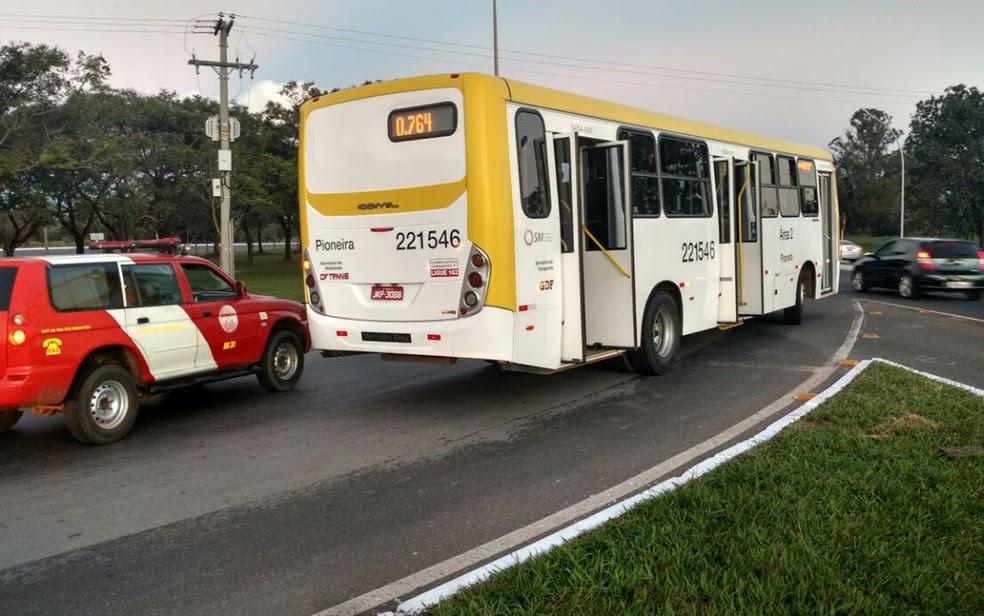 Homem cai de ônibus em movimento no DF (Foto: Divulgação/CBMDF)