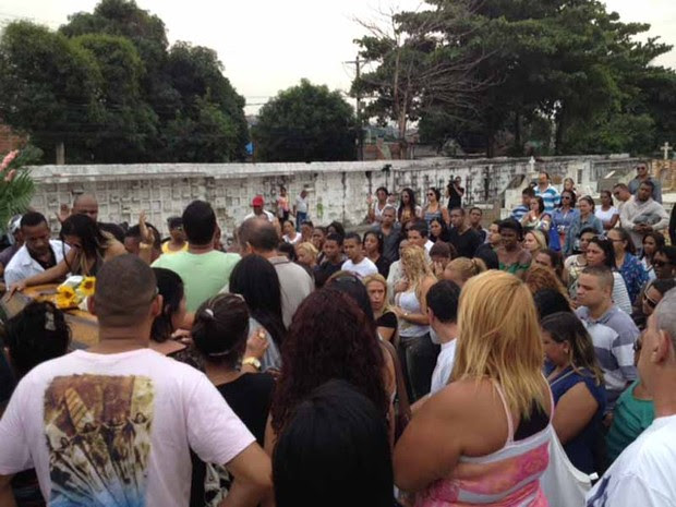 Familiares e amigos se despedem de Mary Morena (Foto: Mariucha Machado/G1)