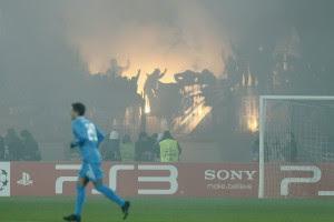 Фанаты повесили дымовую завесу на Петровском