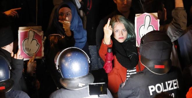 Una joven alemana protesta frente al local donde el partido xenófobo Alternativa para Alemania celebra los resultados electorales.- REUTERS