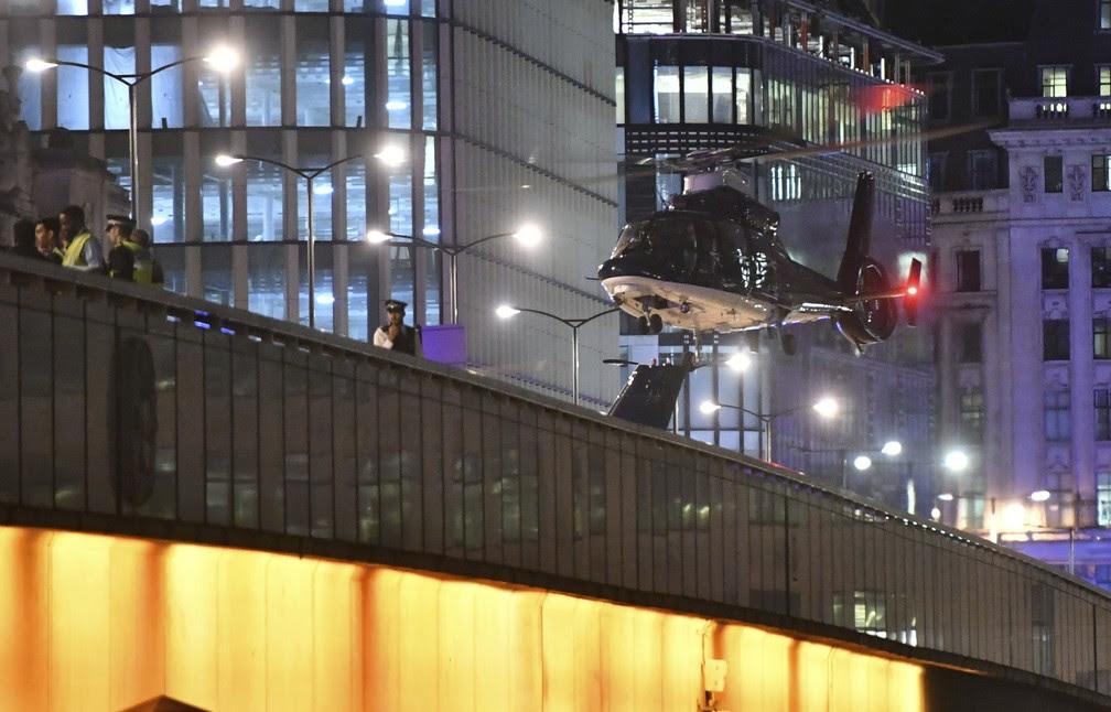 Helicóptero desce na London Bridge após van atropelar pessoas (Foto: Dominic Lipinski/PA via AP)