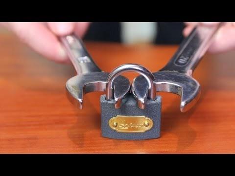 Como abrir un candado con 2 llaves inglesas