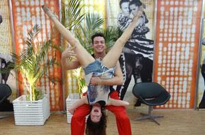 Sthefany Brito e Leandro Azevedo fazem graça depois do ensaio (Foto: Domingão do Faustão / TV Globo)
