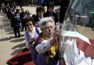 S. Koreans donate for Japan quake victims People donate money to rescue efforts for Japan's massive earthquake at Jogyesa Buddhist temple in Seoul on March 15, 2011. Many organizations in South Korea are raising donations to assist Japan's recovery. (Kyodo, used w/o permission)