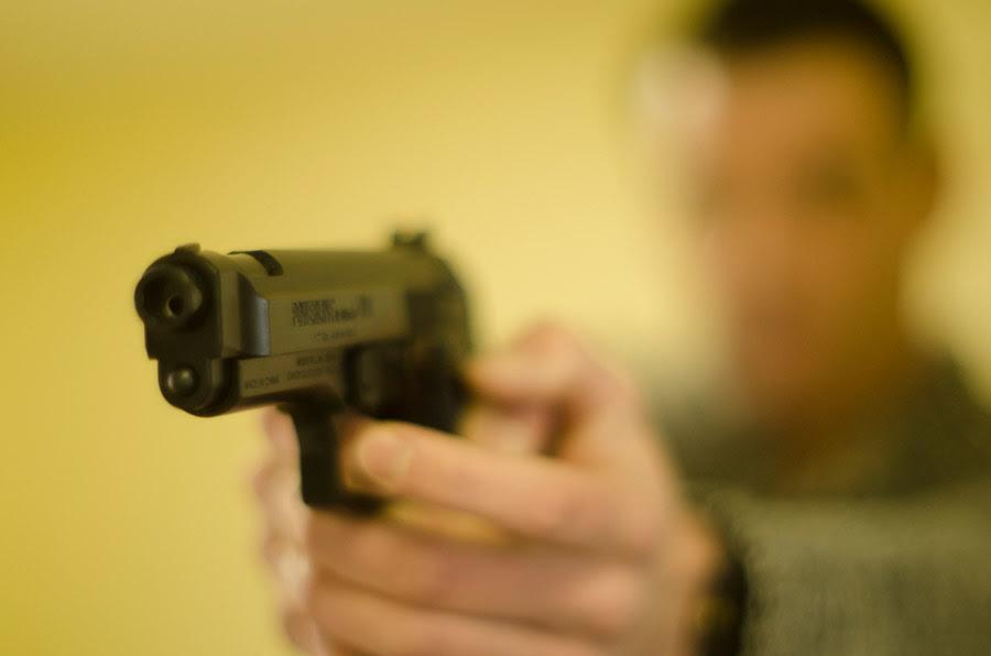 フリー写真 拳銃を構える男性でアハ体験 Gahag 著作権フリー写真