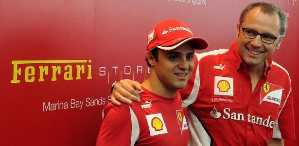 Massa (e) posa com o chefe Stefano Domenicali em evento da Ferrari em Cingapura