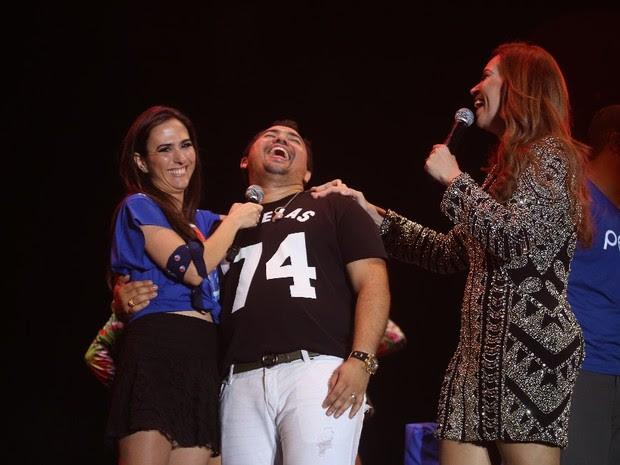 Tatá Werneck dança com Xand e Solange Almeida, do Aviões do Forró, no Festival de Verão de Salvador, na Bahia (Foto: Fred Pontes/ Foto Rio News)