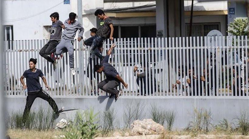 Αποτέλεσμα εικόνας για μεταναστες οπλα στην πατρα