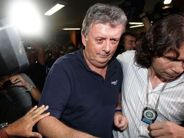 Ray Whelan chega na 18ª DP, na Praça da Bandeira, Zona Norte do Rio (Foto: Marcos de Paula/Estadão Conteúdo)