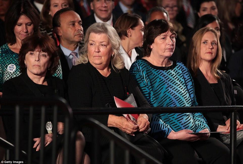 momento extraordinário: Kathleen Willey, Juanita Broaddrick e Kathy Shelton estavam sentados perto de Bill Clinton para o debate e chegou a poucos minutos após acusá-lo publicamente de agressões sexuais e sua esposa das mulheres que abusam