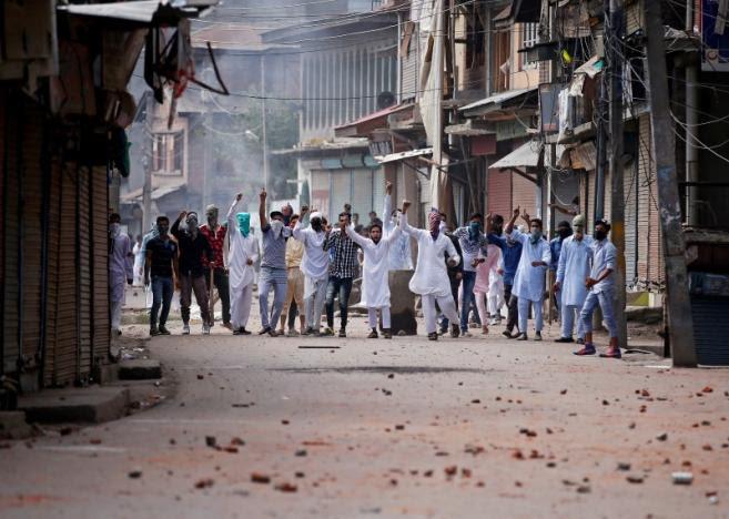 Demonstrators shout slogans during a protest against the recent killings in Kashmir, in Srinagar September 13, 2016. Credit: REUTERS/Danish Ismail