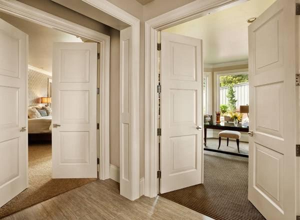 belye mezhkomnatnye dveri bezhevye steny