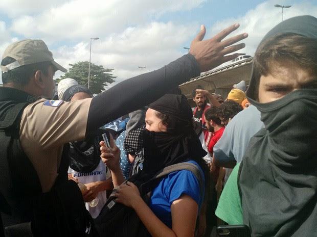 Policiais e estudantes durante a desocupação da Reitoria da UFPE (Foto: Penélope Araújo/G1)