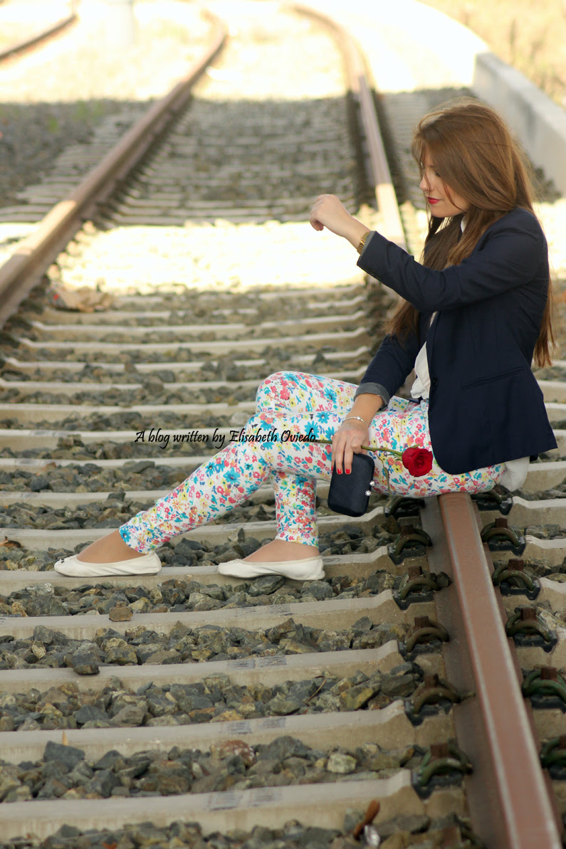 pantalones-florales-y-blazer-azul-HEELSANDROSES-(6)