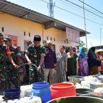 Kodim 1408/BS Bagikan 11 Liter Air Bersih untuk Warga Buloa