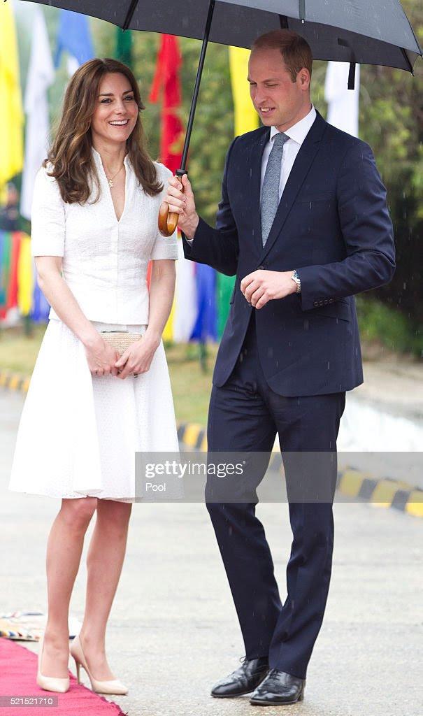Książę William, książę Cambridge Catherine, księżna Cambridge żegnają w Paro lotniska przed wejściem ich lot do Agry ich wizycie w Taj Mahal w dniu 16 kwietnia 2016 roku w Paro, Bhutan.  Królewska para jest na ostatni dzień tygodniowej wizyty w Indiach i Bhutanie, która miała w miastach takich jak Bombaj, Delhi, Kaziranga, Thimphu i Agra.