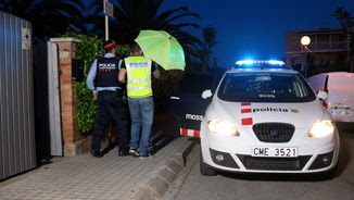 Pla general dels Mossos d'Esquadra acompanyant la sospitosa del crim del guàrdia urbà a Foix