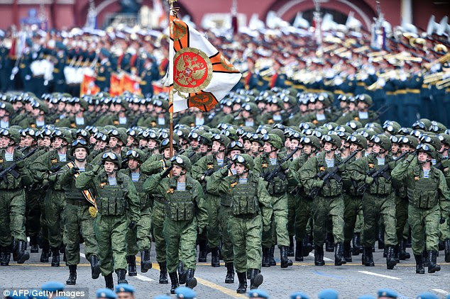 """O cancelamento sem precedentes da visita de Putin para a França tão perto de ser finalizado é um """"passo sério ... uma reminiscência da Guerra Fria"""", disse Russo analista de política externa Fyodor Lukyanov"""