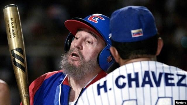ARCHIVO. Fidel Castro y Hugo Chavez jugando béisbol en Barquisimeto.