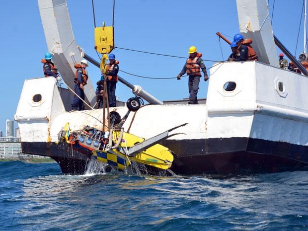 Operação retirou destroços de avião que caiu no mar em Salvador (Foto: Divulgação/Marinha do Brasil)