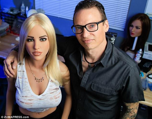 Fundador e CEO da Realbotix Matt McMullen (à direita) fica ao lado de uma de suas criações de sexo feminino