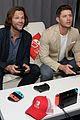 jared padalecki jensen ackles play video games at comic con 03