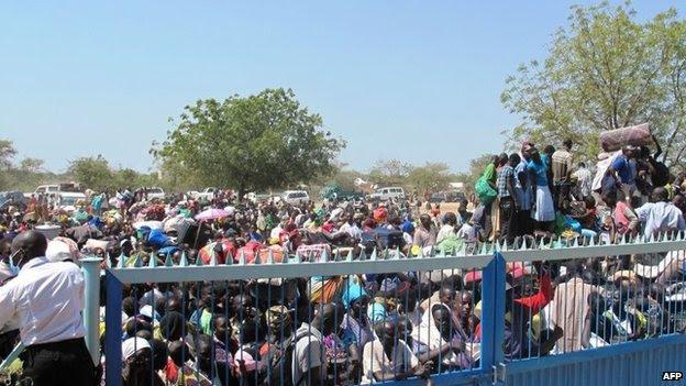Uma foto apostila da UNMISS mostra civis coleta fora do complexo UNMISS em Bor