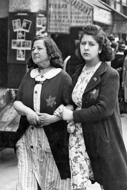 http://upload.wikimedia.org/wikipedia/commons/8/8d/Bundesarchiv_Bild_183-N0619-506,_Paris,_J%C3%BCdische_Frauen_mit_Stern.jpg