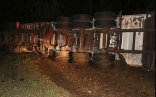 Laranjeiras - Caminhão container tomba na 277