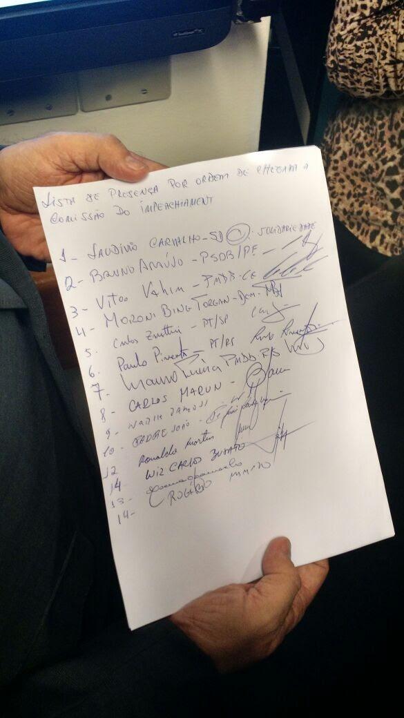 Lista de presença feita à mão antes do início da comissão (Foto: Laís Alegretti/G1)