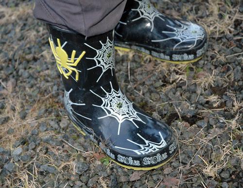 vårtegn: guttepjokk med edderkoppstøvler
