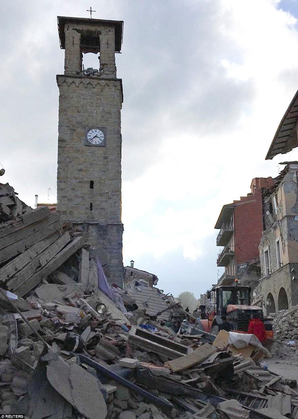 Congelada no tempo: O século 13 torre sineira parcialmente danificado foi um dos poucos edifícios históricos no centro de Amatrice que permaneceu de pé.  O relógio estranhamente assina o momento em que o terremoto atingiu a cidade