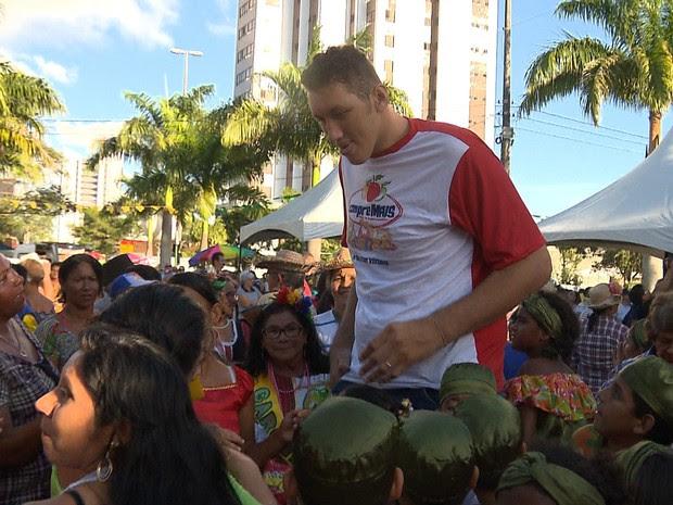 """Com 2,33 metros """"Ninão"""" particiou de quadrilha com 746 casais  (Foto: Reprodução / TV Paraíba)"""