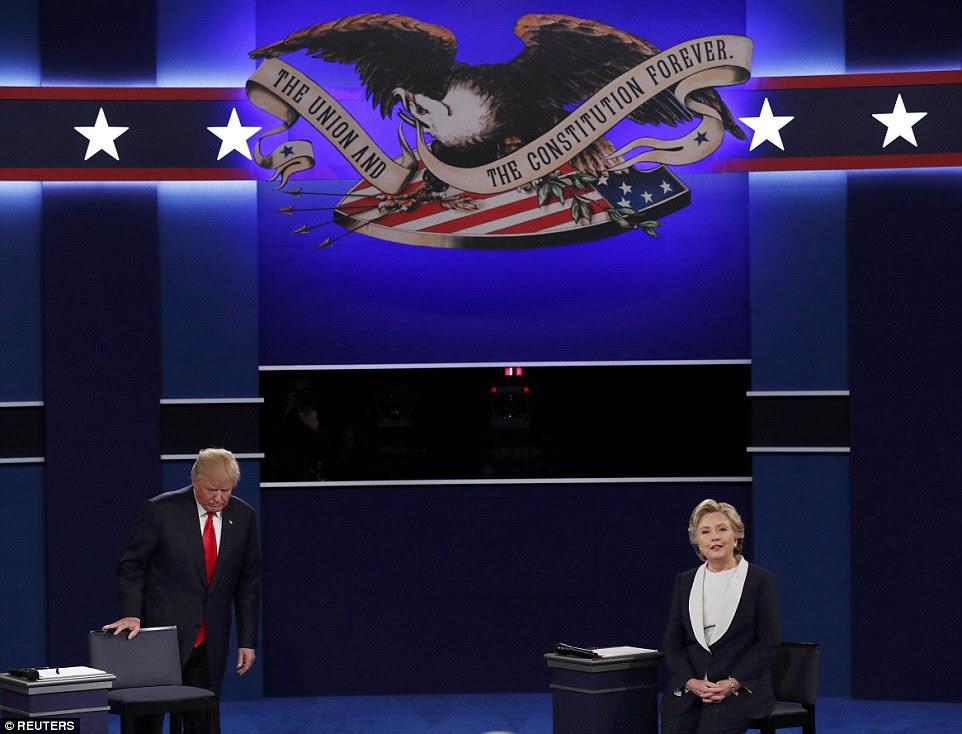 Republicano candidato presidencial dos EUA, Donald Trump e Democrática candidato presidencial norte-americana Hillary Clinton subir ao palco no início do seu debate prefeitura presidencial