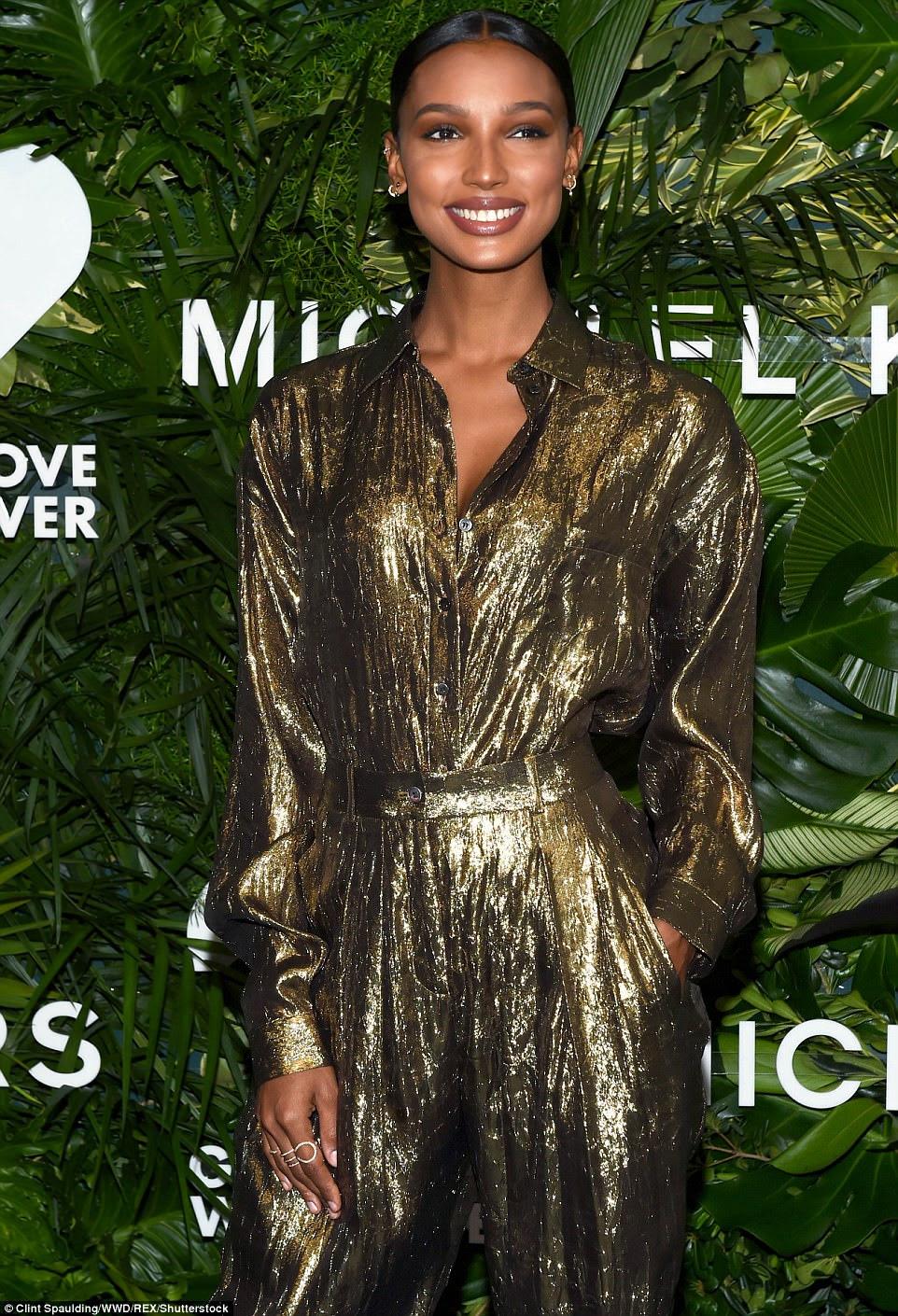 14 carat beauty!  Jasmine ficou deslumbrante com um macacão dourado com cinto para apresentar seu meio magro