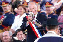 """En Santiago la """"fonda oficial"""" la inaugura el mismísimo Presidente de la República, quien se bebe un trago de chicha en cacho"""