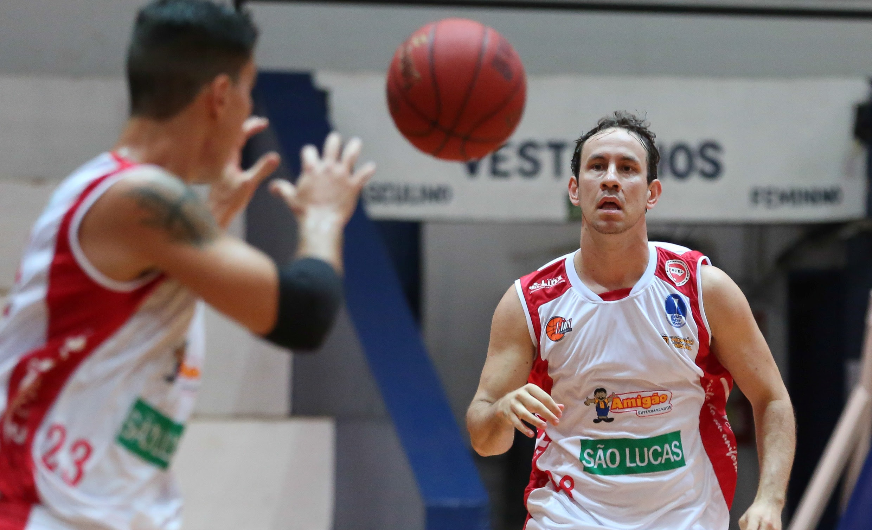O Lins, do armador Cauê Verzola, continua como líder da Liga Ouro (Luiz Pires/LNB)
