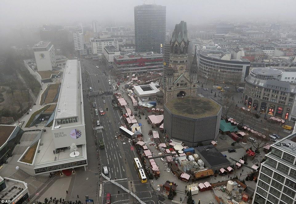 Overhead: Esta é uma visão clara do caminho que o camião levou pelo mercado de Natal, agora destruída no centro de Berlim