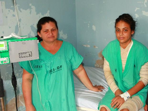 Juliane Santos com a mãe, Filomena Santos, em Hospital de Brasília (Foto: Divulgação)