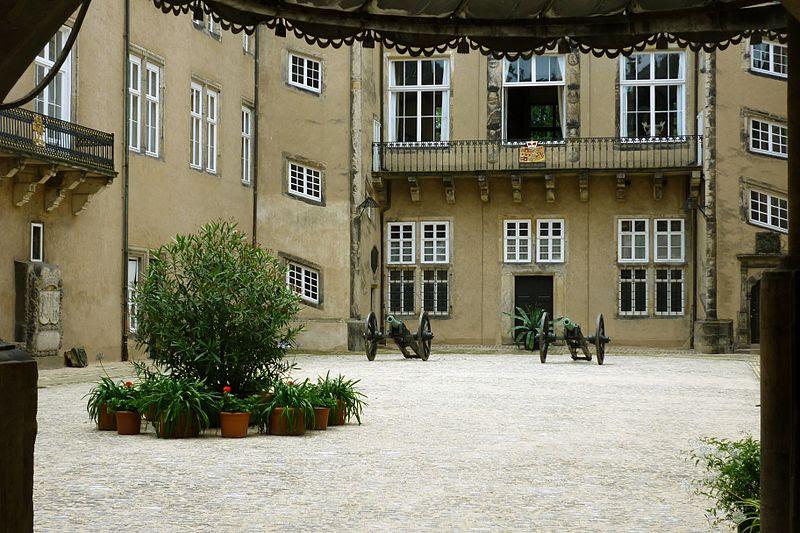 File:Detmold Schloss Innenhof (2).jpg