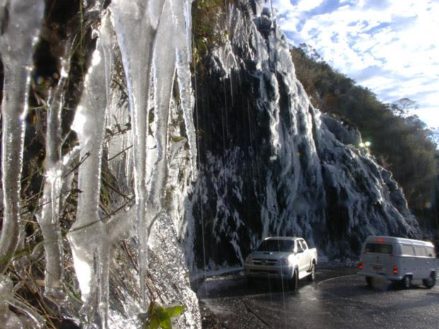 Trecho de rodovia em Lauro Muller, na Serra catarinense, tem vegetação congelada (Foto: Maurício Vieira/Diário Catarinense/Agência RBS)