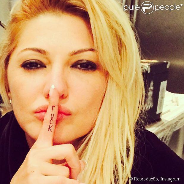 Antonia Fontenelle mostra sua nova tatuagem, a palavra 'Fuck' em seu dedo indicador, em 3 de junho de 2014