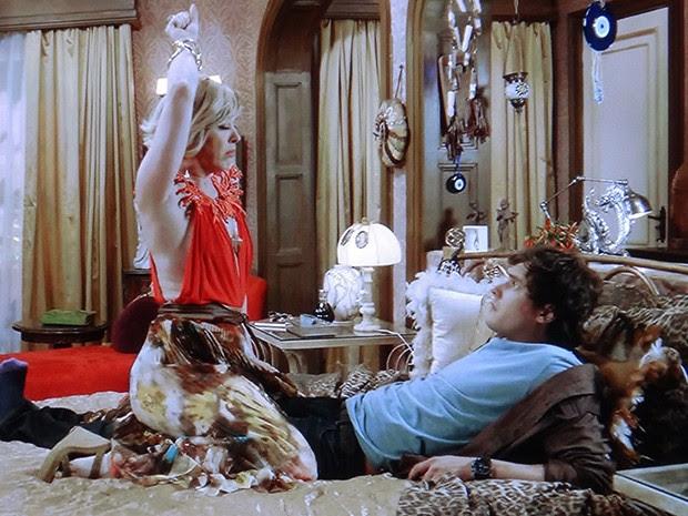 A vidente realiza um falso ritual em cima de Caíque (Foto: TV Globo)