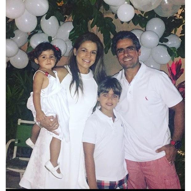 Nívea Stelmann com a família (Foto: reprodução/instagram)