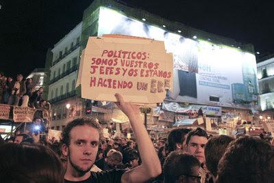 Un joven exhibe un cartel contra la clase política